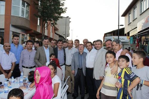 Üsküdar Belediyesi tarafından Yavuztürk Mahallesi Pazar sokağı üzerinde yapılan sokak iftarı programına 3 bin kişi katıldı.