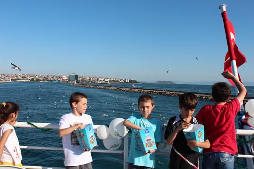 Üsküdar Belediyesi ''3. Martılara Simit Atma Şenliği'' Üsküdarlı çocukların yoğun katılımıyla gerçekleştirildi.