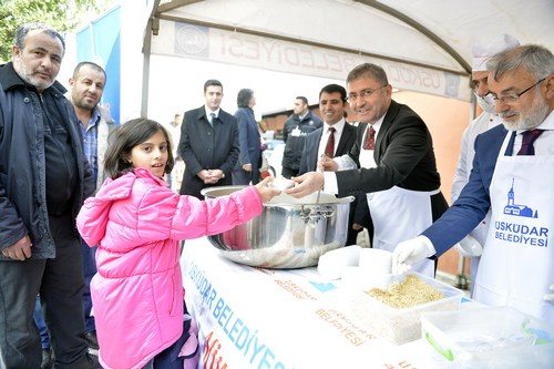 Üsküdar Belediyesi, Muharrem ayında idrak edilen 'Aşure' gününde ilçenin 3 noktasında vatandaşlara aşure dağıtımı gerçekleştirdi.