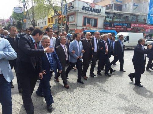 Üsküdar'da bu yıl ilki gerçekleştirilen ''1. Üsküdar Pilav Festivali'' ile birlikte Kastamonu'nun Tosya pirincinden yapılan etli pilavı, Üsküdar ''Şemsipaşa Meydanı''nı dolduran 15 bin kişiye ikram edildi.
