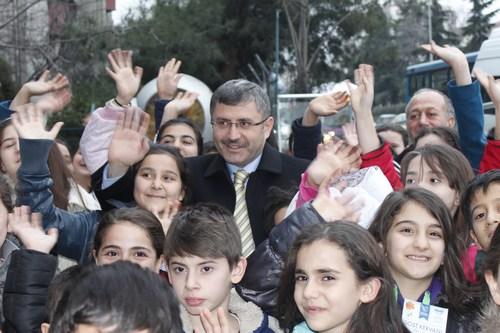 Üsküdarlı çocuklar topladıkları yardım malzemelerini Üsküdar Belediye Başkan Adayı Hilmi Türkmen tarafından okunan dua eşliğinde Suriyeli kardeşlerine ulaştırılmak üzere tahsis edilen araçla gönderdiler.