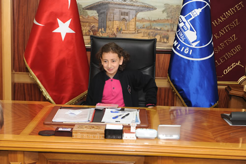 Üsküdar Belediye Başkanı Mustafa Kara, 23 Nisan Ulusal Egemenlik Haftası ve Çocuk Bayramı etkinlikleri kapsamında makamını ve Üsküdar'ın yönetimini 1 günlüğüne geleceğimizin teminatı çocuklarımıza bıraktı.