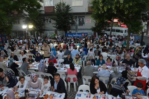 Üsküdar Belediyesi'nin Ramazan ayında geleneksel hale getirdiği Sokak İftarları komşulukları perçinliyor.