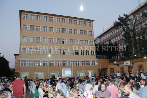 Üsküdar'ın köklü eğitim kurumlarından İlim ve Fazilet Vakfı geleneksel iftar yemeği programı Bağlarbaşı Kampüsü'nde gerçekleştirildi.
