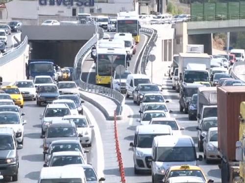 Üsküdar'a inenlerle köprüye geçenlerin birbirine karışmasını engellemek için aylardır yapılan yol çalışması ve yeni konulan dubaların işi daha da karmaşıklaştırarak trafiği iyice keşmekeşe döndürmesi oldu.