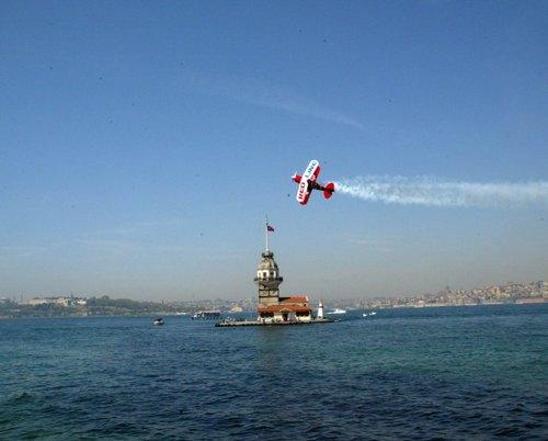 Akrobasi pilotu Murat Öztürk 28 Nisan Pazar günü sabah saatlerinde Üsküdar Kız Kulesi açıklarında muhteşem bir gösteriye imza attı.