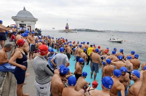 Üsküdar'daki Kız Kulesi Yüzme Yarışması renkli görüntülere sahne oldu. 26'ıncı Kâtibim Festivali'nin en iyi rekoru 3 dakika 50 saniye ile kırıldı.