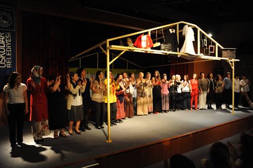 Üsküdar Belediyesi'nin kadınlara yönelik sosyal projesi ''Sahne Kadınların'' ilk oyununu sahneledi.