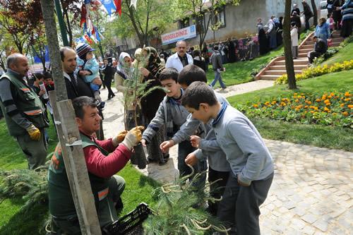 Üsküdar Belediyesi'nin, Üsküdar'ın tarihi dokusunun tamamlanması ve ilçenin renklendirilmesi amacıyla düzenlediği Mor Salkım Şenliği'nin altıncısı, yapımı yeni tamamlanan ve hizmete açılan Yavuztürk Parkı'nda gerçekleştirildi.