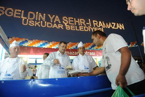 Üsküdar'da Ramazan'ın ilk iftarı Başkan Mustafa Kara'nın elinden dağıtılan yemeklerle yapıldı.