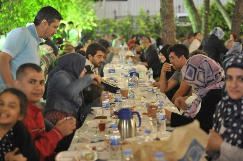 Üsküdar'da Ramazan coşkusu, Şemsipaşa'da kurulan Sahur Meclisi ile sabah ezanına kadar devam etti.