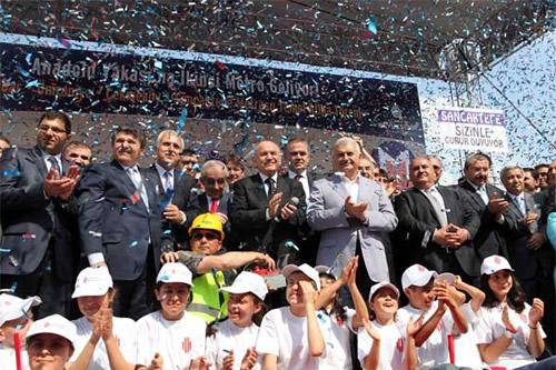 Üsküdar-Ümraniye-Sancaktepe Metro Hattı'nın temeli Bakan Binali Yıldırım, Başkan Kadir Topbaş ve AK Partili yöneticilerin katılımıyla atıldı.
