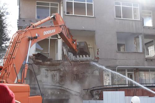 Üsküdar Belediye Başkanı Mustafa Kara tarafından depreme hazırlık için önerilen yerinde dönüşüm modelinin ilk uygulamasına Acıbadem Mahallesi'nde başlandı.