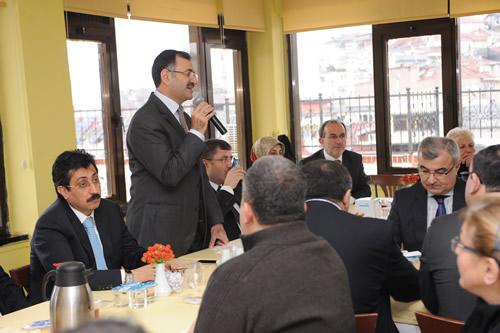 Üsküdar Belediye Başkanı Mustafa Kara, Üsküdar Kapalıçarşı esnafı ile bir araya gelerek sıkıntılarını dinledi, çözüm yolları hakkında bilgilendirmelerde bulundu.