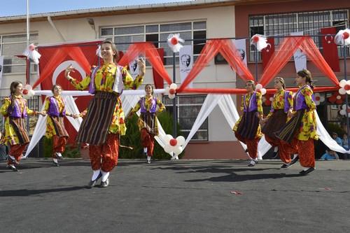 Üsküdar Hilmi Çelikoğlu Ortaokulu'nda gerçekleştirilen 2014- 2015 Eğitim Öğretim Yılı açılış töreninde 'Kumru' sürprizi yaşandı.