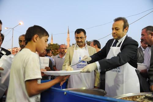 Üsküdar'a gelişinde Ramazan davulcularının manilerle karşıladığı Avrupa Birliği Bakanı Egemen Bağış, Üsküdar Belediyesi tarafından boğaza nazır bir mekânda oluşturulan iftar sofrasında vatandaşlara ve Üsküdar'a gelen yabancı turistlere kendi eliyle yemek dağıttı.