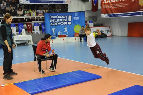 ''Üsküdar Enlerini Arıyor'' atletizm ligi yarışmasının final müsabakaları Burhan Felek 50. Yıl Spor Salonu'nda yapıldı.