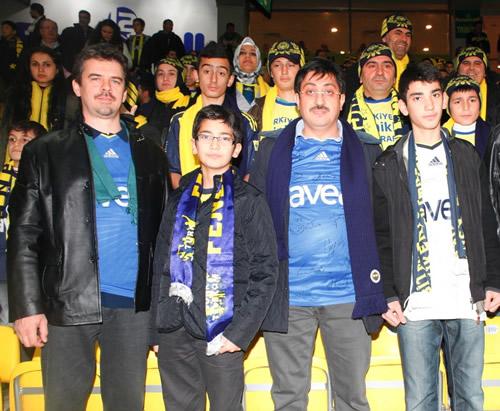 Üsküdar Belediyesi ile Avea'nın işbirliğinde düzenlenen ''Türkiye'nin Minikleri, İyi Taraftar'' projesi kapsamında bugüne kadar hiç maça gitmemiş 20 taraftar adayı F.Bahçe-Eskişehirspor karşılaşmasını Şükrü Saraçoğlu Stadı'nda izledi.