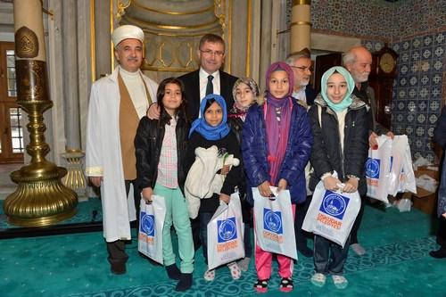 Üsküdar Belediyesi Bilgi Evleri'nde yetişen 300 çocuk ilk namazlarını Beylerbeyi Hamid-i Evvel camisinde kıldı.