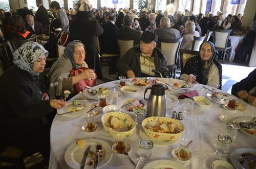 Üsküdar Belediyesi Özel Eğitim ve Rehabilitasyon Merkezi Yaşlılar Koordinasyon Birimi ''Yaşlılar Haftası''nı 28 Mart Çarşamba günü özel bir yemekle kutladı.