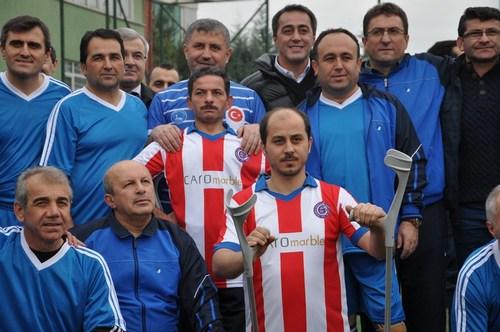 Üsküdar Belediyesi'nin oluşturduğu şöhretler takımı, İstanbul Engelliler Spor Kulübü Ampüte Futbol takımı ile gösteri maçında buluştu.