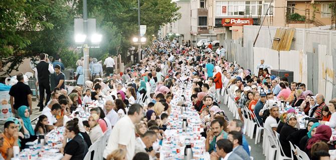 1 Milyon kişi Üsküdar'daki Bereket Sofraları'nda oruç açtı