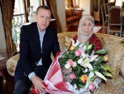 Başbakan Erdoğan, annesinin elini öptü